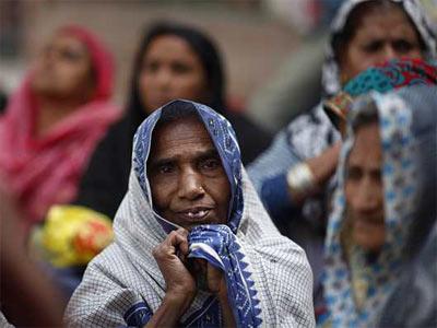 Una víctima de la tragedia de Bhopal durante una protesta en Nueva Delhi este lunes. AP
