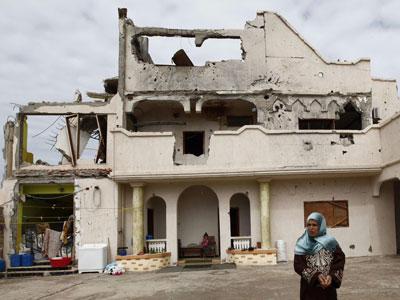 Una mujer pasea por las calles en ruinas de Homs.
