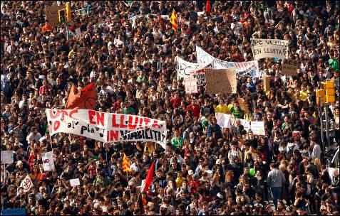 Decenas de miles de estudiantes han colapsado el centro de Barcelona contra los recortes en educación - REUTERS