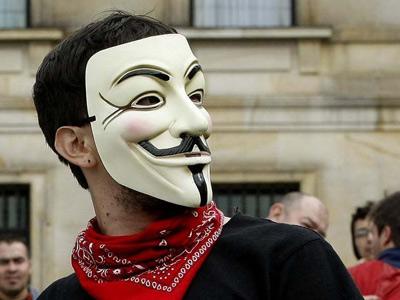 Manifestante con una máscara de Anonymous.