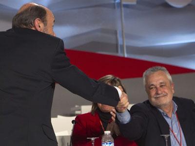 Rubalcaba saluda a Griñán tras proclamarse ganador de las primarias del PSOE.