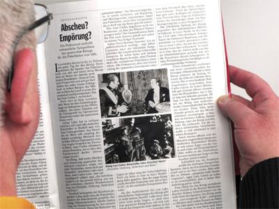 Un hombre lee la información publicada hoy en el semanario alemán Der Spiegel - EFE / PETER TSCHAUNER
