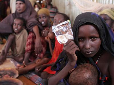 La refugiada somalí Fatuma Abdille sobrevive con su hijo en el campo de refugiados de Dollo Ado (Etiopía).-AFP