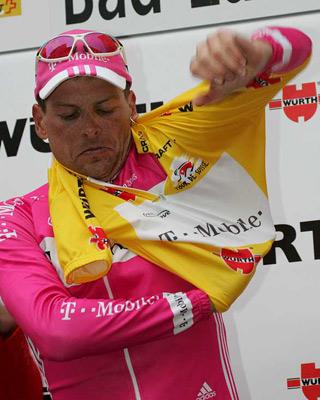 Ullrich se enfunda el maillot amarillo del líder del Tour en 2005.