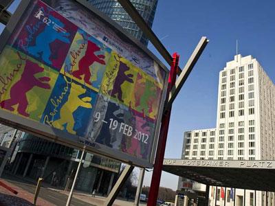 Un cartel anuncia el Festival de Cine Internacional de Berlín.