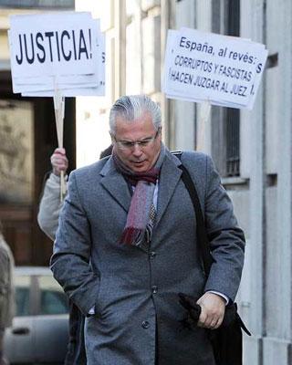 El juez Garzon a la entrada del Juzgado