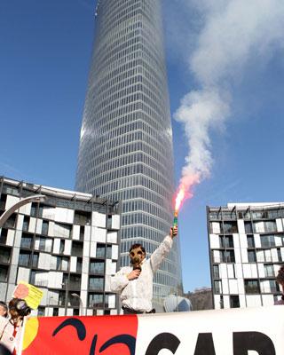 Cientos de activistas han pedido en Bilbao el cierre de Garoña.