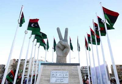 Vista del monumento en honor a la 'V' de Victoria que marcó la revolución libia. -