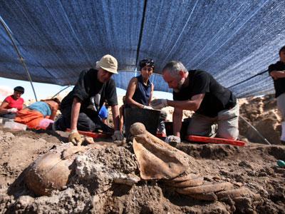Trabajos de exhumación en una fosa común situada en la localidad burgalesa de Milagros, en el verano de 2009 - REYES SEDANO