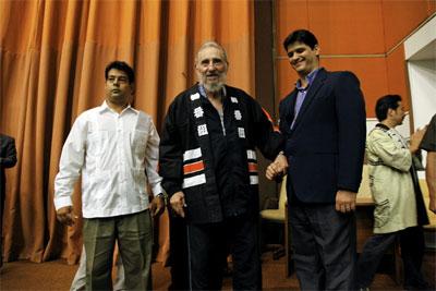 Fidel Castro durante su encuentro con miembros de grupo pacifista japonés 'Crucero por la Paz'. -