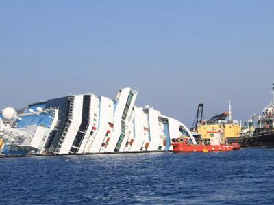 El Costa Concordia, semihundido en aguas italianas.
