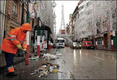 Operarios de limpieza del Ayuntamiento de Valencia recogen residuos urbanos.