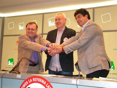 Cayo Lara, con los candidatos de IU por Asturias, Jesús Iglesias (a su derecha), y Andalucía, Diego Valderas, ayer lunes tras su rueda de prensa en la sede federal, en Madrid.