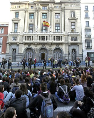 Los estudiantes llevan a cabo una sentada frente al Ministerio de Educación en Madrid