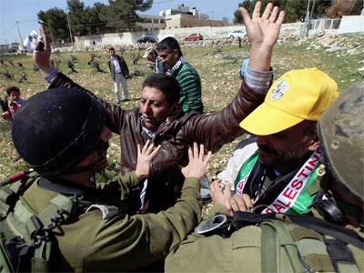 Soldados israelíes detienen a dos palestinos en la localidad cisjordana de Massrah. -