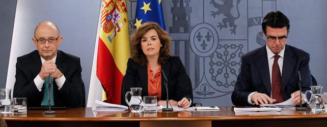 Soraya Sáenz de Santamaría, flanqueada este viernes por los ministros Cristobal Montoro y José Manuel Soria. EFE