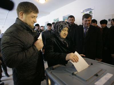 Ramzan Kadyrov, líder de la región rusa de Chechenia, vota con su madre en Tsenteroy.