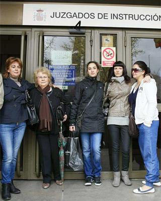 María Luisa Torres, con su madre y sus hijas, entre ellas Pilar, que según ella le arrebató la religiosa sor María en 1982. EFE
