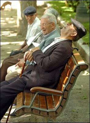 Varios jubilados en un parque.- EFE