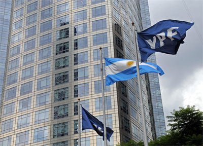 La bandera argentina y la de YPF junto a la sede de la compañía en Buenos Aires. -