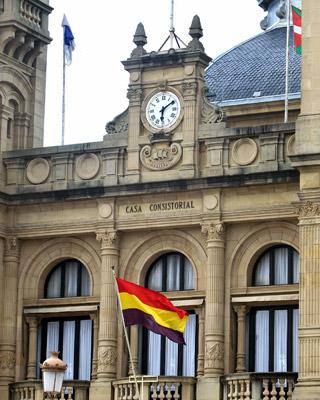 La bandera de la República ondea en el Ayuntamiento de San Sebastián.