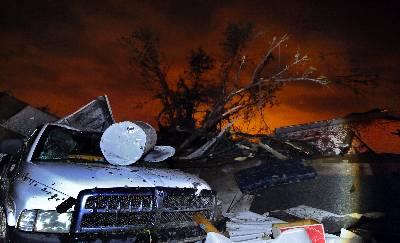 Imagen de la destrucción causada por un tornado en un parque residencial para caravanas en Wichita (Kansas) EEUU. Una ola de tornados tocaron tierra anoche en el centro de Estados Unidos, la mayoría en Kansas.