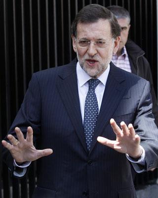 Rajoy habla con los periodistas tras su visita al Rey en el hospital.