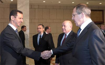 Fotografía del 7 de febrero de Bachar al Assad saludando al Ministro de Asuntos Exteriores ruso Sergei Lavrov en Damasco.-EFE/Stringer