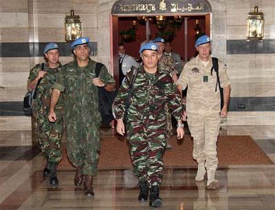 Los observadores de la ONU junto al coronel marroquí Ahmed Himmiche. -