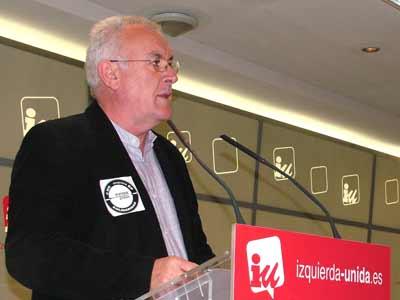 El coordinador federal de IU, Cayo Lara, durante la rueda de prensa que ha ofrecido este lunes en Madrid.