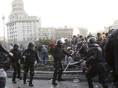 Enfrentamiento entre policía y manifestantes en la jornada de huelga general convocada por los sindicatos el pasado 29 de marzo. EFE/Marta Perez
