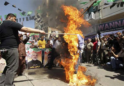Un grupo de palestinos quema una bandera de Israel. -
