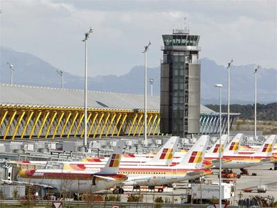Aviones en tierra en el aeropuerto de Barajas en una nueva jornada de huelga de los pilotos de Iberia este lunes. EFE