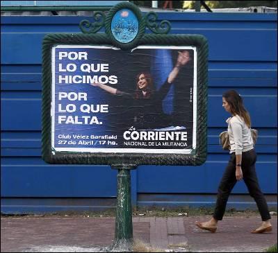 Una mujer camina en Buenos Aires delante de un cartel de la presidenta de Argentian Cristina Fernández.
