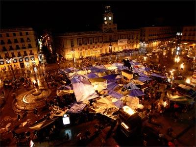 Miles de personas desafiaron a la lluvia el pasado mayo acampados en la Puerta del Sol - REUTERS
