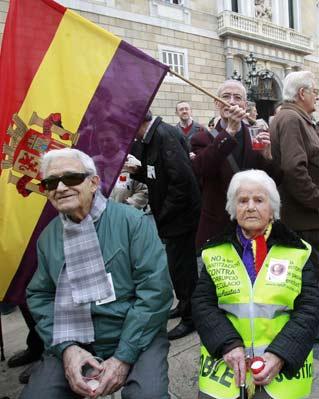 Concentración cívica celebrada el pasado mes de febrero en la Plaça de Sant Jaume de Barcelona para reivindicar justicia para las víctimas del franquismo.