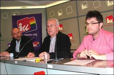 Cayo Lara, hoy viernes, flanqueado a su derecha por el diputado de IU por Valencia, Ricardo Sixto, y a la izquierda por Alberto Hidalgo, coordinador federal del Área de Libertad de Expresión Afectivo Sexual (Aleas).