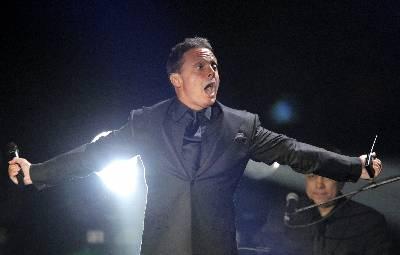 El cantante mexicano Luis Miguel durante su concierto en el pabellón multiusos de Santiago de Compostela.