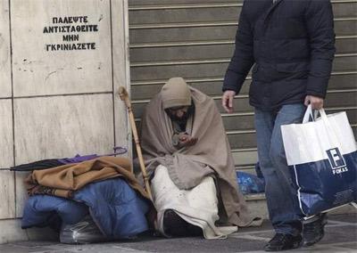Un indigente pide limosna en una calle del centro de Atenas.-EFE