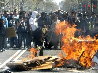 Un grupo de manifestantes realizaron pequeñas hogueras en el Paseo de Gracia.