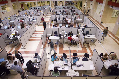 Funcionarios, en su puesto de trabajo.- EFE