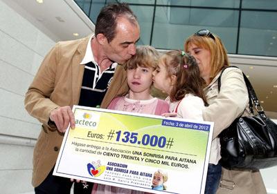 Aitana con sus padres y su hermana tras recibir el cheque.