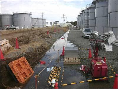 Foto de archivo que muestra medidores de radiación en agua de una fuga en Fukushima. EFE