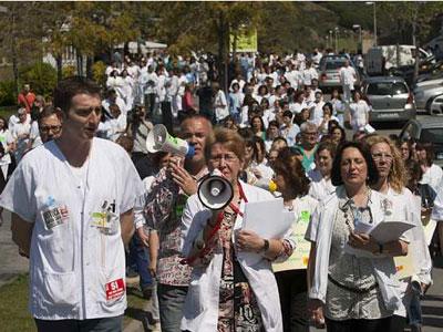 Manifestación en Badalona contra los recortes de la Generalitat en Sanidad. EFE.