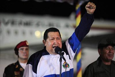 El presidente venezolano, Hugo Chávez, hablando a su llegada a Caracas, proveniente de La Habana, donde ha seguido un tratamiento de radioterapia. EFE