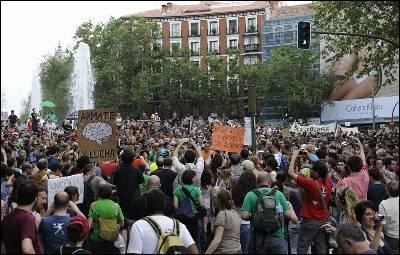MADRID, 12/05/2012.- Una de las marchas de 'indignados' pasa por la plaza de San Bernardo de Madrid en su camino hacia la Puerta del Sol, donde esta noche se concentran para conmemorar el aniversario del 15M. EFE/Luca Piergiovanni