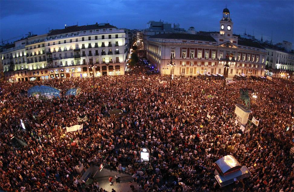 Integrantes del Movimiento 15M abarrotan esta noche la céntrica Puerta del Sol de Madrid en el primer aniversario del movimiento reivindicativo. EFE/Alberto Martín