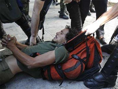 Policías antidisturbios detienen a un manifestante en la plaza Syntagma en Atenas, Grecia. REUTERS