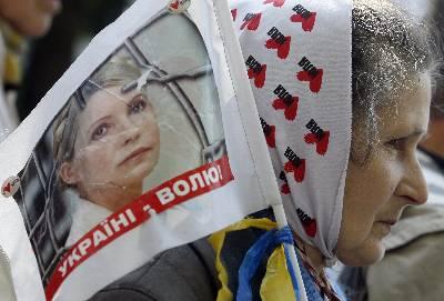 Simpatizantes de la ex primera ministra ucraniana Yulia Tymoshenko se manifiestan en las proximidades del Tribunal Supremo de Ucrania, en Kiev. EFE/Archivo