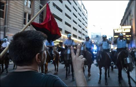 Um manifestante faz com que seus dedos o sinal da vitória como um protesto contra a cimeira da NATO nas ruas de Chicago (EUA).  EPA / Tannen MAURY